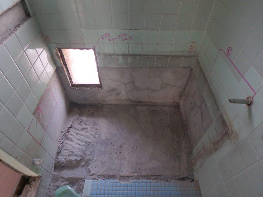 解体後の浴室の様子。この奥の穴に新しい給湯器を設置