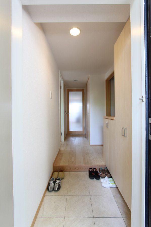 お見送りは並んでしたいという素敵なご要望から玄関もホールも明るく広々となりました。