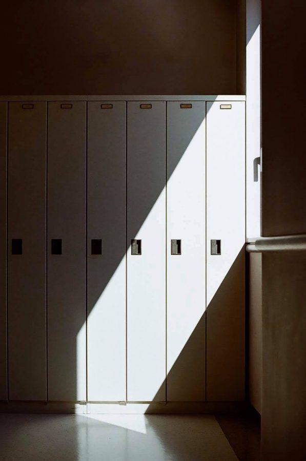学校のロッカーと窓の光。登校日もあと2回です。