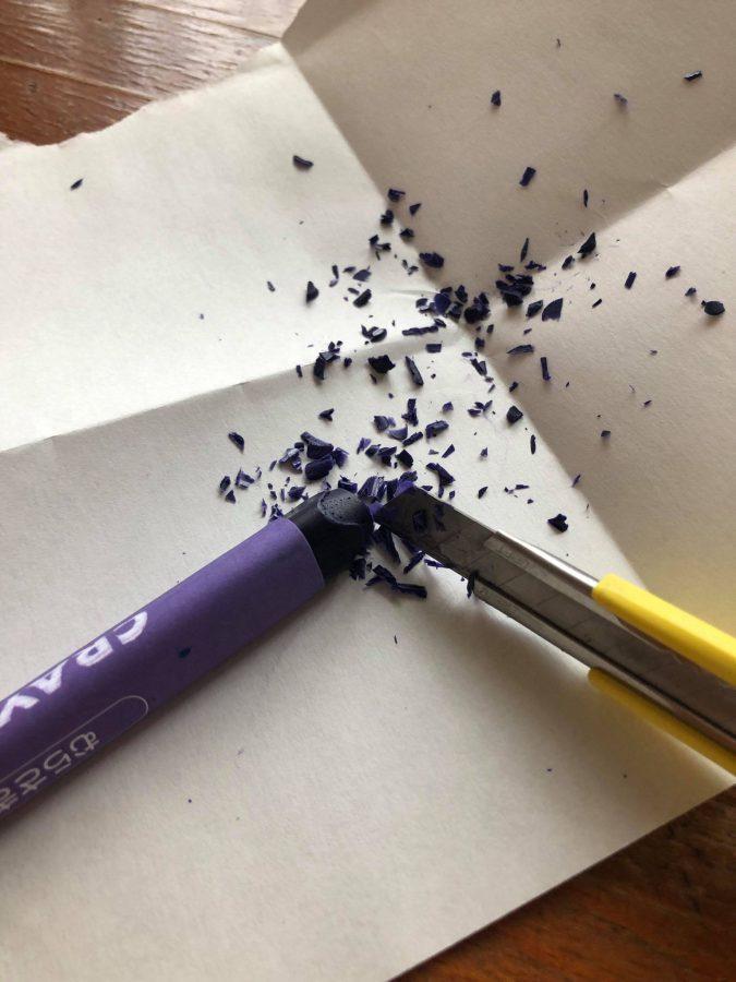 作りたい色のクレヨンを削る
