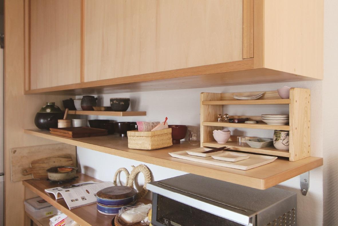台所の棚板には穴が開いており、湿気がこもりません。