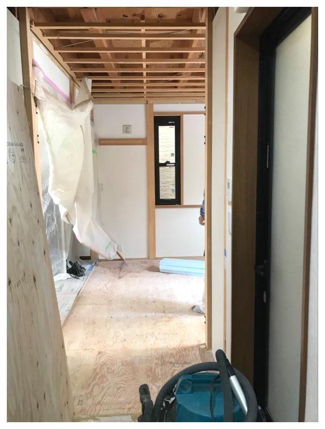 工事中の様子/ 洗面所と和室の間仕切壁が取り払われたところ。空間がつながってイメージががらりと変わります