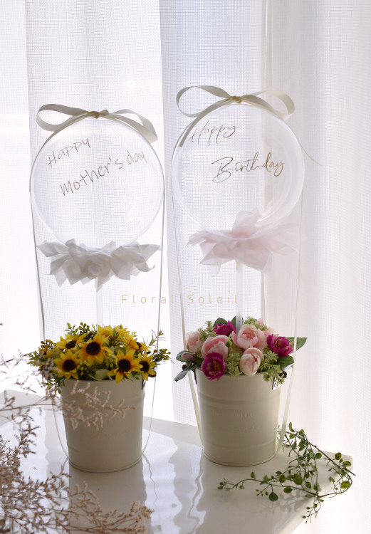 透明の風船とアーティフィシャルフラワーを使った新しい贈り物です。