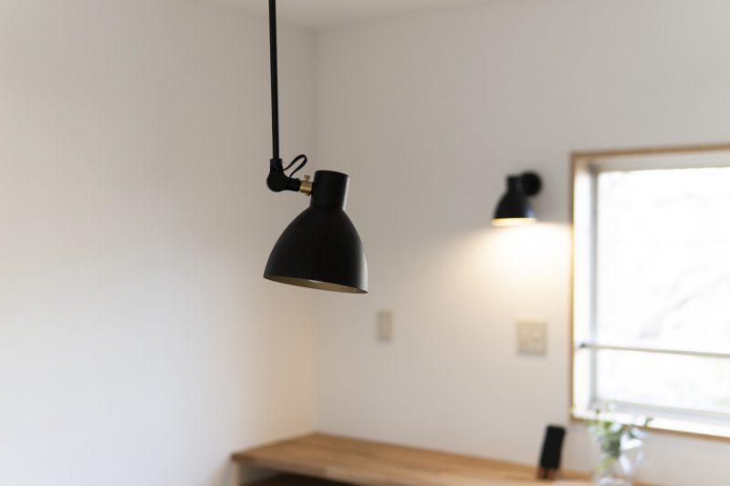 天井がコンクリートのため、既存の位置から照明をずらさずに美しく機能的に使用できる照明を配置。