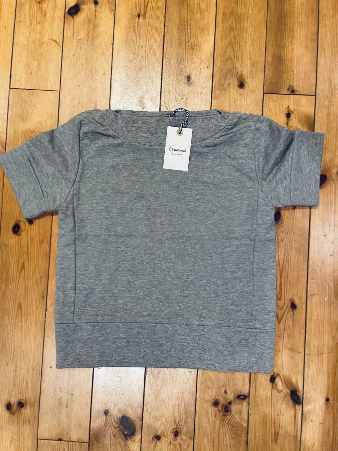 首まわりのカタチがかわいいスウェット地のTシャツ