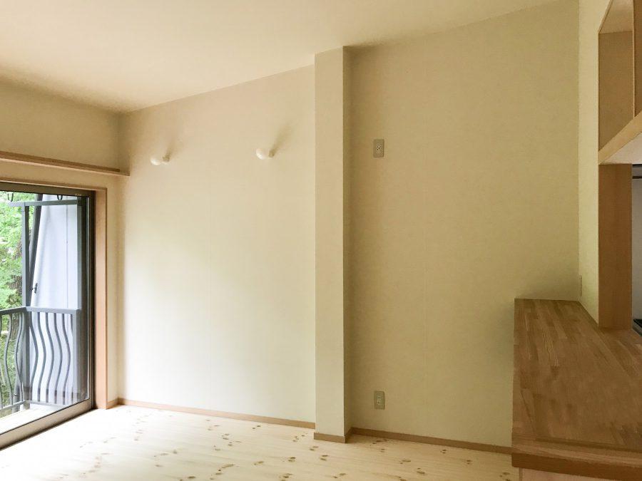 2階after 天井を抜いて勾配に、右に見えるのはカウンターキッチン