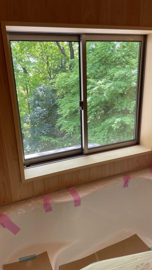 緑を眺めながらのサワラ張りのお風呂は格別でしょう!!