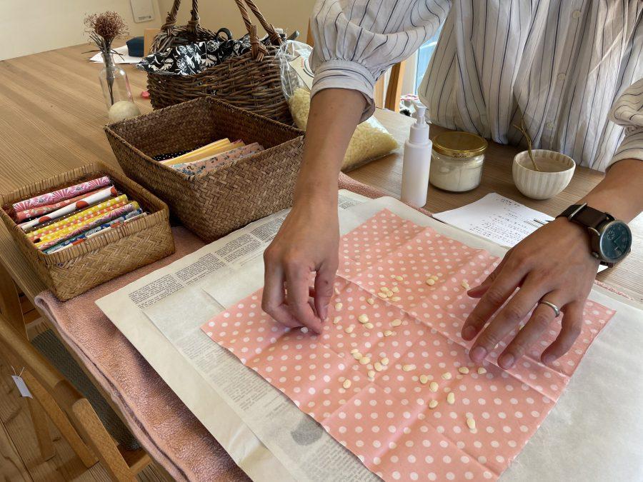 布にぱらぱらと蜜蝋を。抗菌保湿効果もあるので鮮度も保てるとか!