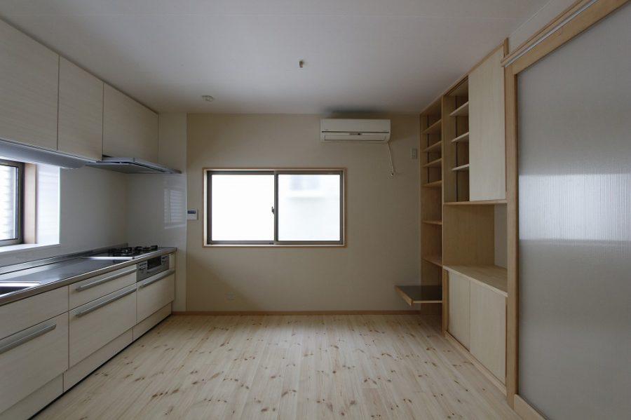 キッチンは総入れ替えし、作り付けの収納で広さがアップしました