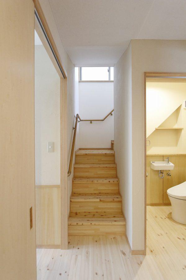 階段の傾斜にあわせた棚は工事中の相談でできたもの 引き戸のトイレは色々と安心です