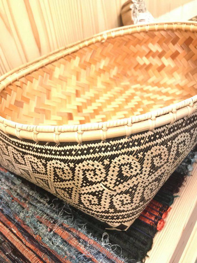 繊細が編まれ表裏で2枚貼りになっている美しいカゴ
