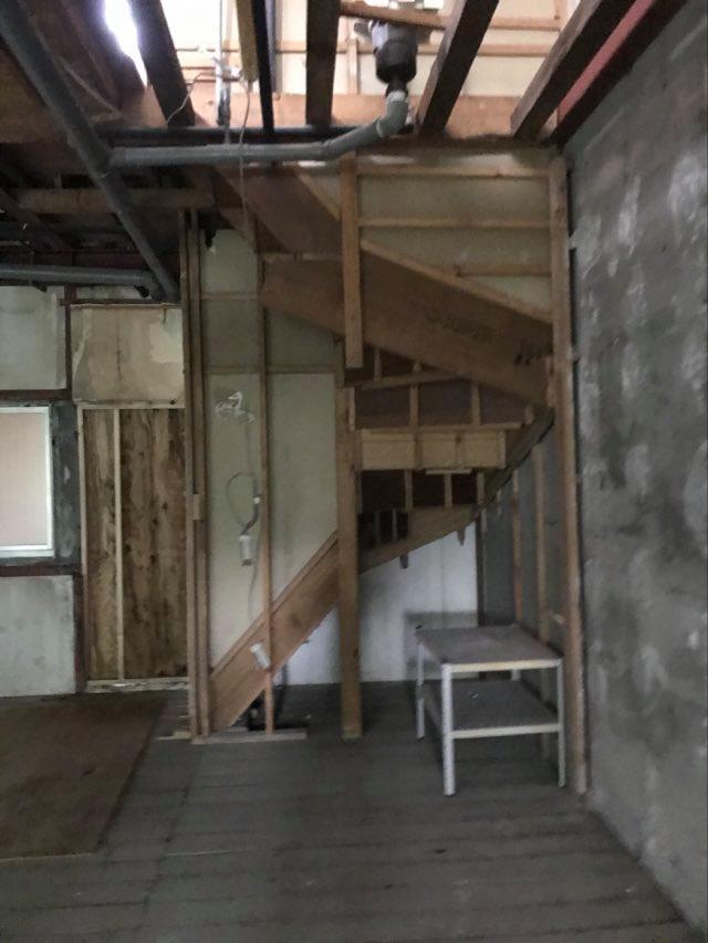スケルトンになった1階階段の様子