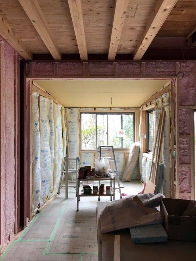 工事中の1階下屋部分、掃出し窓を腰窓に変えてよい感じのこもり感に