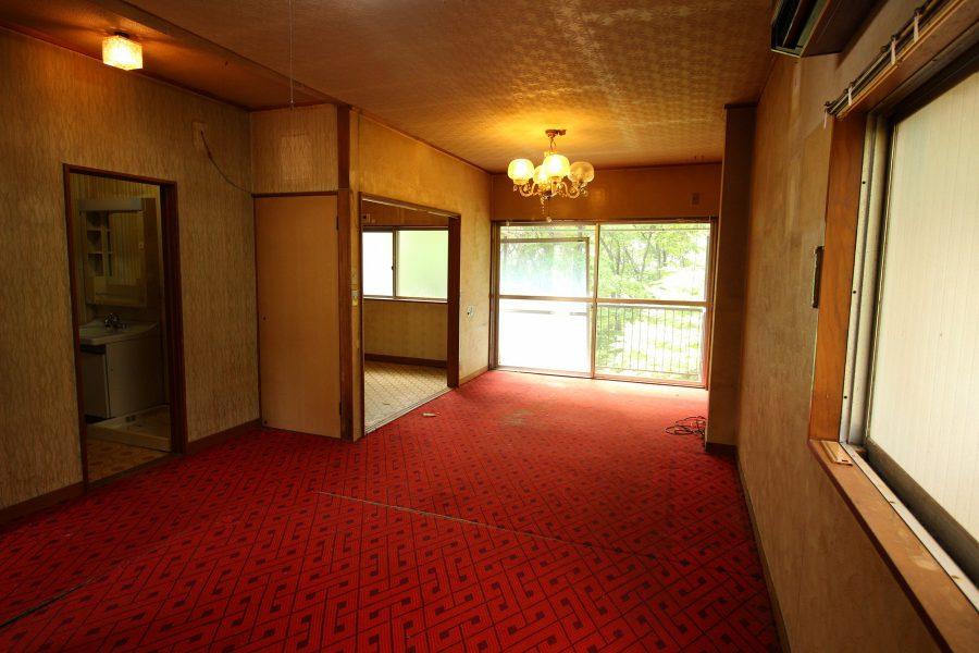 改修前の2階リビングの様子、古めかしくも印象的な内装