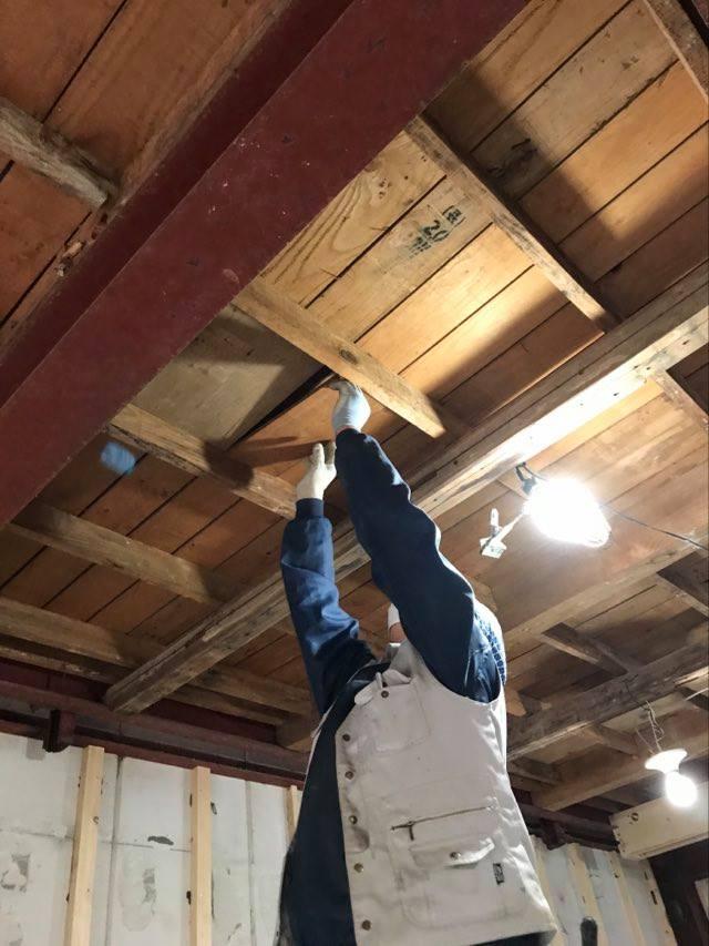 1階天井の補修は既存の板を移設して違和感なく