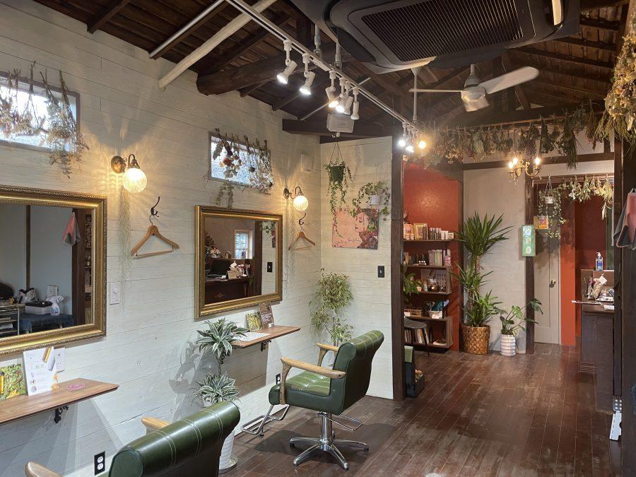古民家のふか~い茶色に映える深い色合いの赤い待合室、緑の椅子。落ち着いた色合いがかわいい…