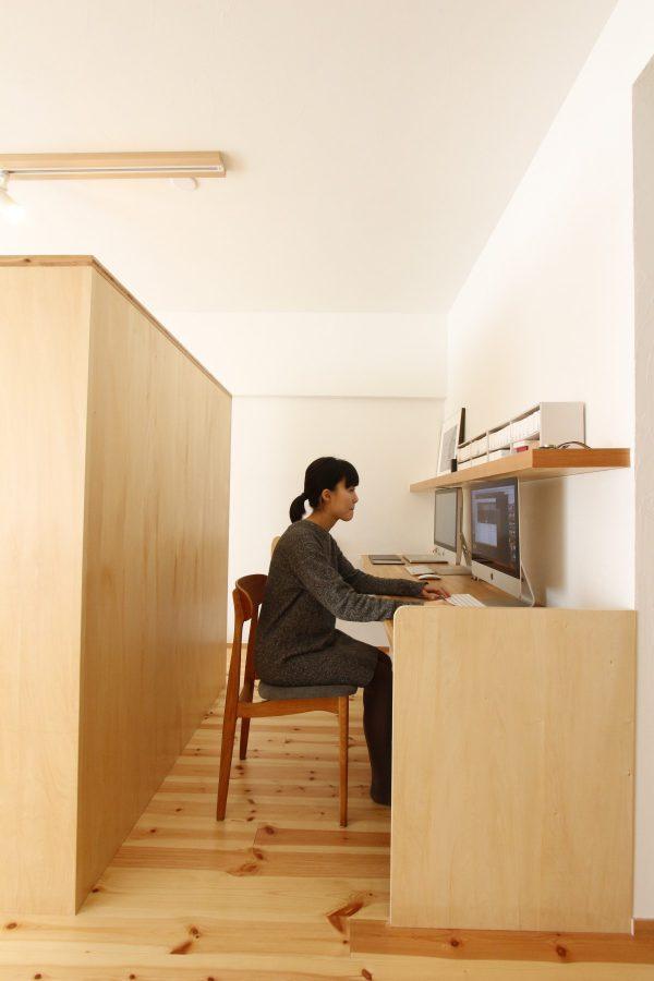 上の棚の裏側に埋め込みのライティングを計画し、すっきりとした空間
