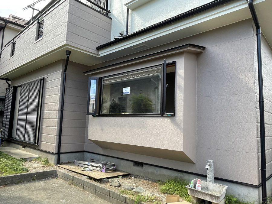 防犯性と温熱環境を改善のために窓を小さくして小さな縦滑り窓に変更しました。