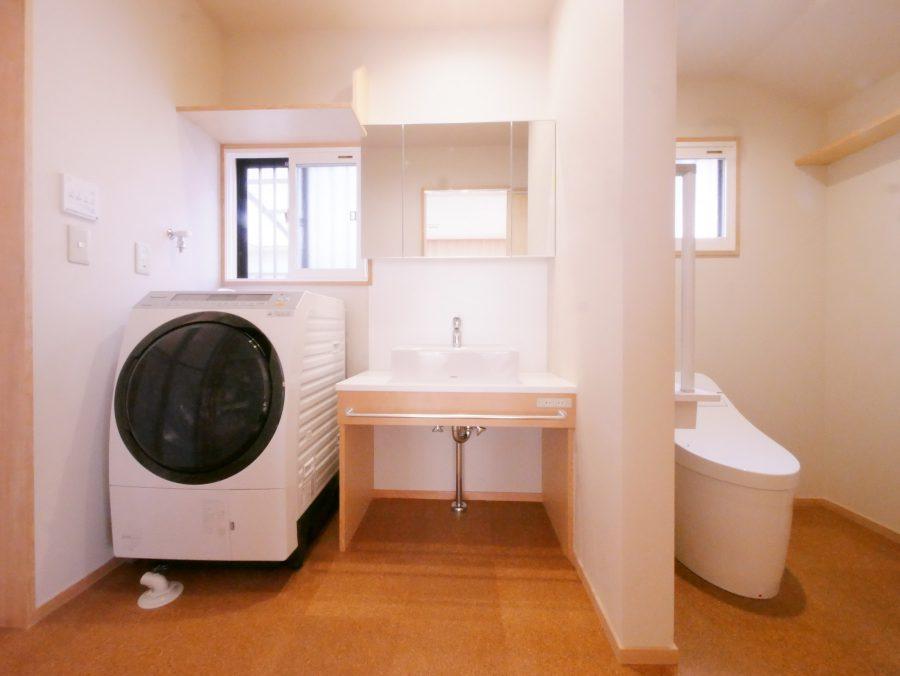 洗面所と一体にすることで、ゆったりと広々とした空間になりました。