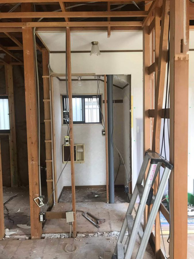 ゆったりトイレ予定の場所にグレーの排水管が通っていたので、本棚収納を設置しました。